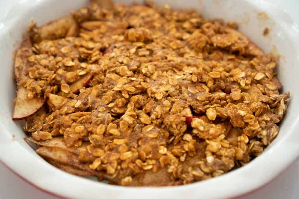 peanut butter apple crisp in white pie pan