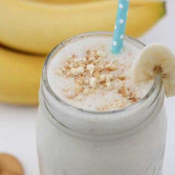banana pudding smoothie in mason jar