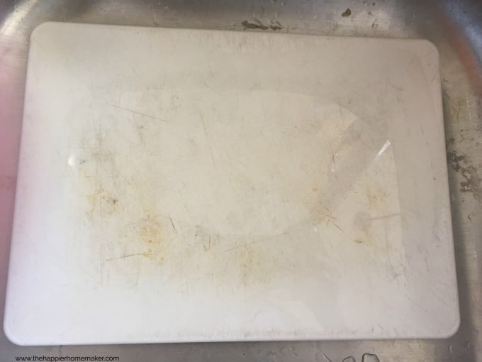 How to REALLY clean plastic cutting boards-she tried six different methods she found online and only ONE worked-good to know!